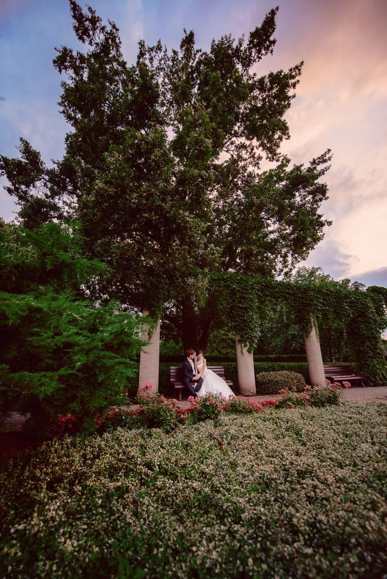 Para młoda na ławeczce w parku