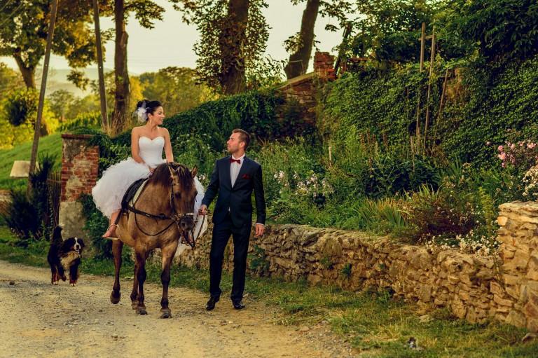 Para młoda z koniem w wiejskich klimatach
