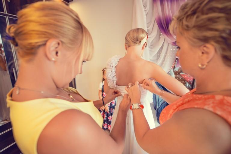 Ubieranie sukni ślubnej