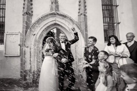 Nowożeńcy – wyjście z kościoła pary młodej