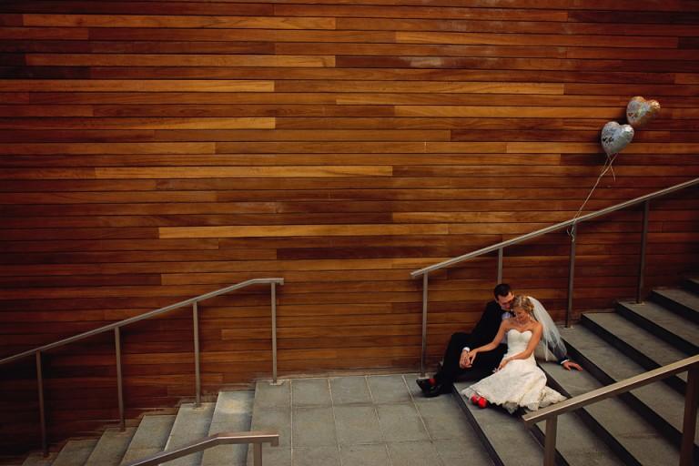 Para młoda na schodach biblioteki
