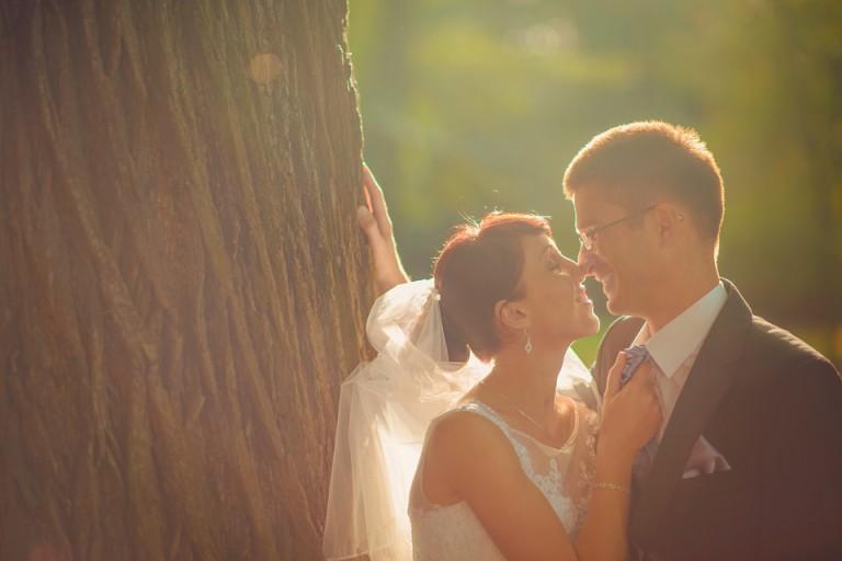 Młoda para przy drzewie