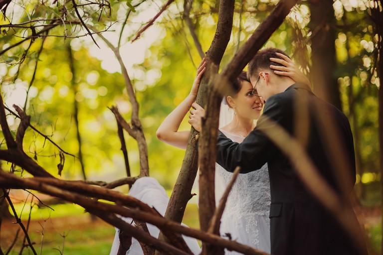 Para młoda w środku drzewa