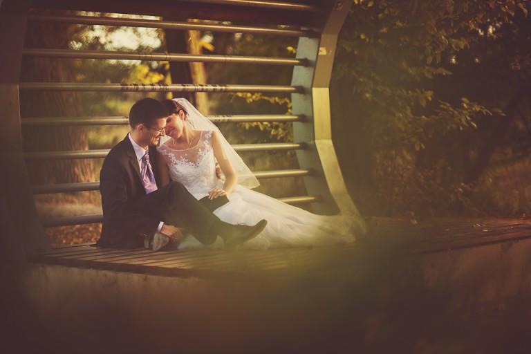 Para młoda całuje się na ławce