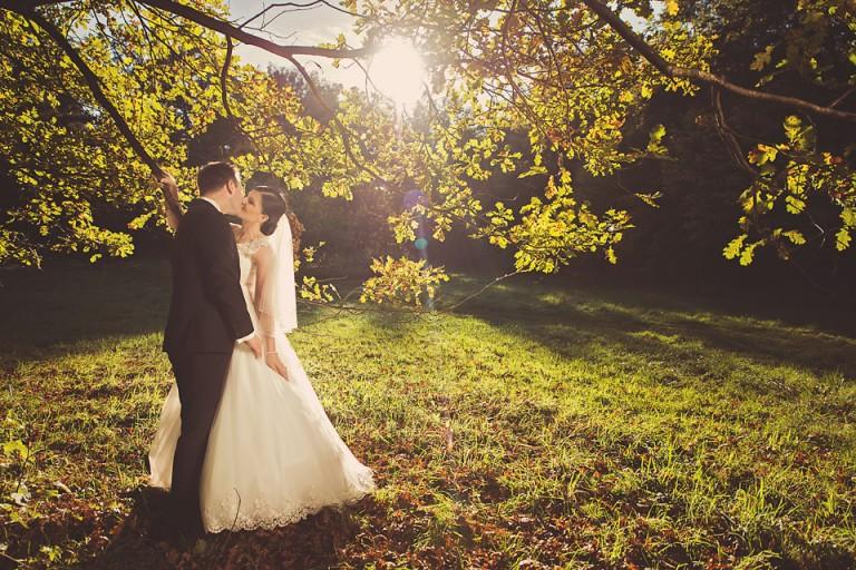 Para młoda przytula się przy drzewie