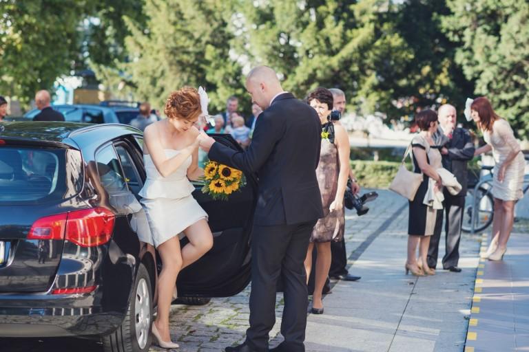 Panna młoda wysiada z samochodu