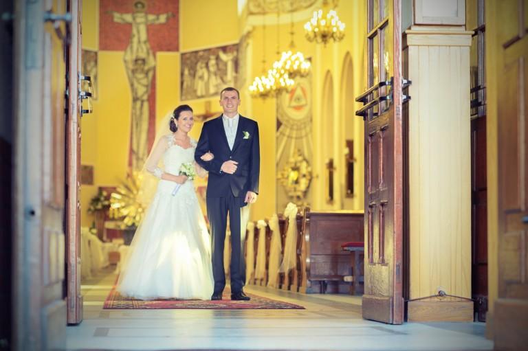 Młode małżeństwo chwilę przed wyjściem z kościoła