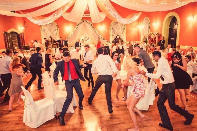 Goście bawią się na weselu