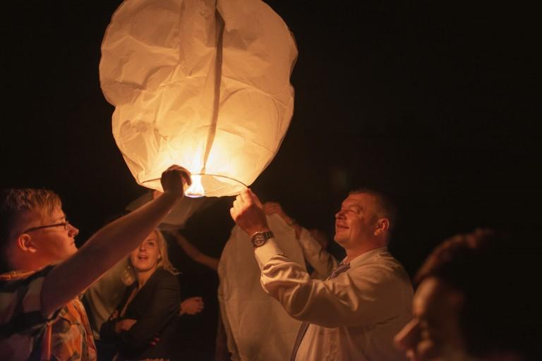 Wypuszczanie lampionów szczęścia w świat