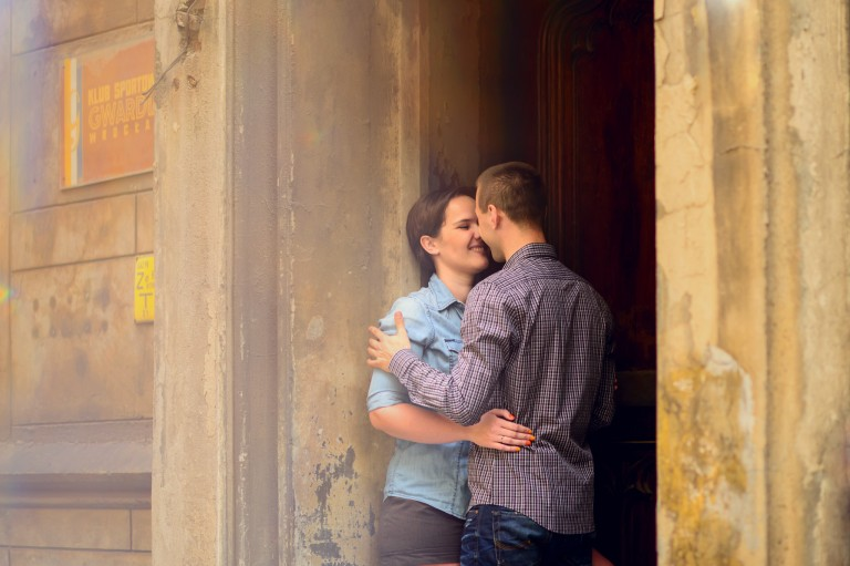 Dwójka zakochanych ludzi we Wrocławiu