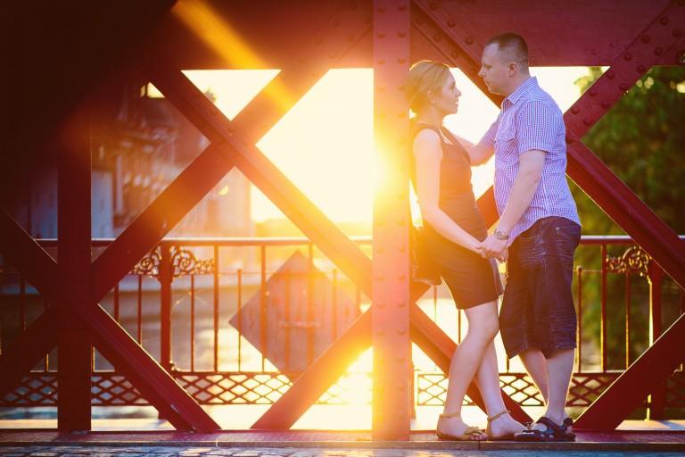 Zakochani przy zachodzącym świetle, czerwony most Wrocław