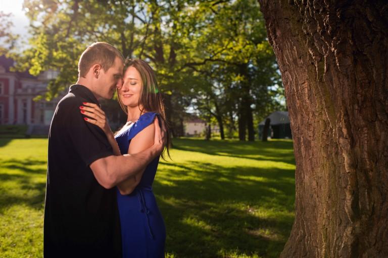 Para zakochanych w malowniczej okolicy