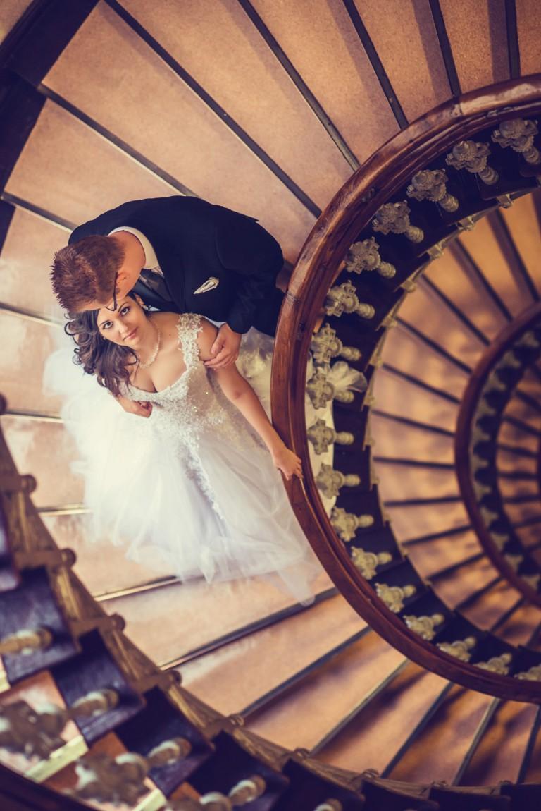 Para Młoda na malowniczych schodach