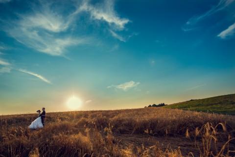 Para młoda w zbożu, piekne niebo