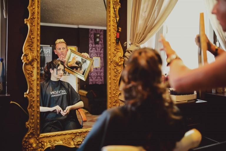 Panna młoda przed lustrem u fryzjera