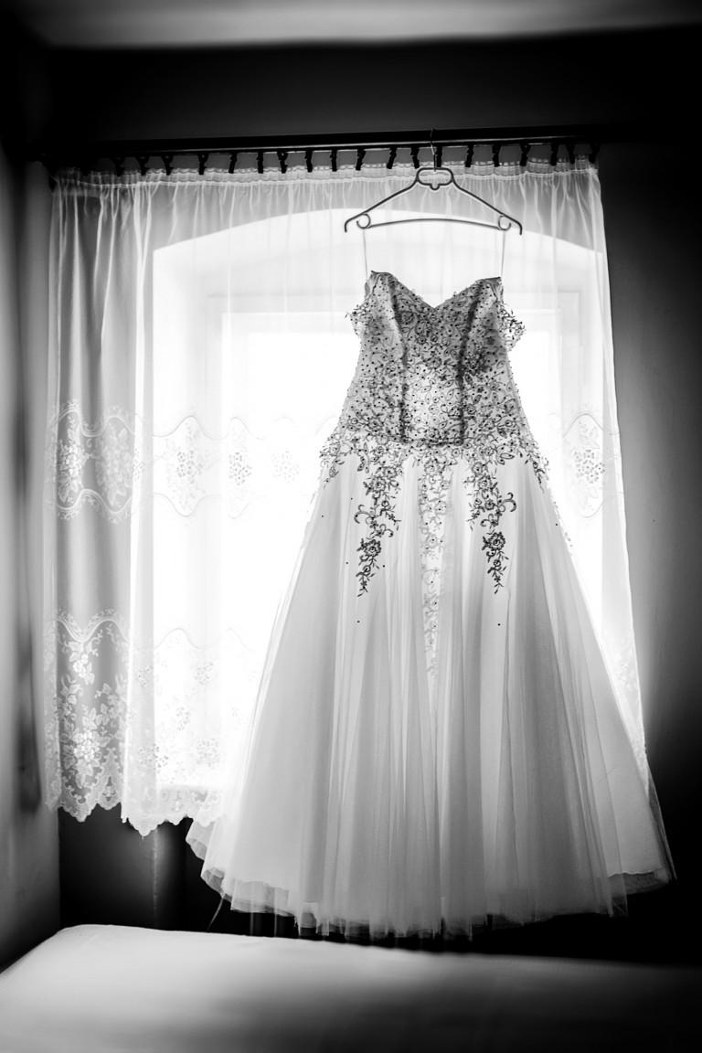 Suknia ślubna czeka na pannę młoda