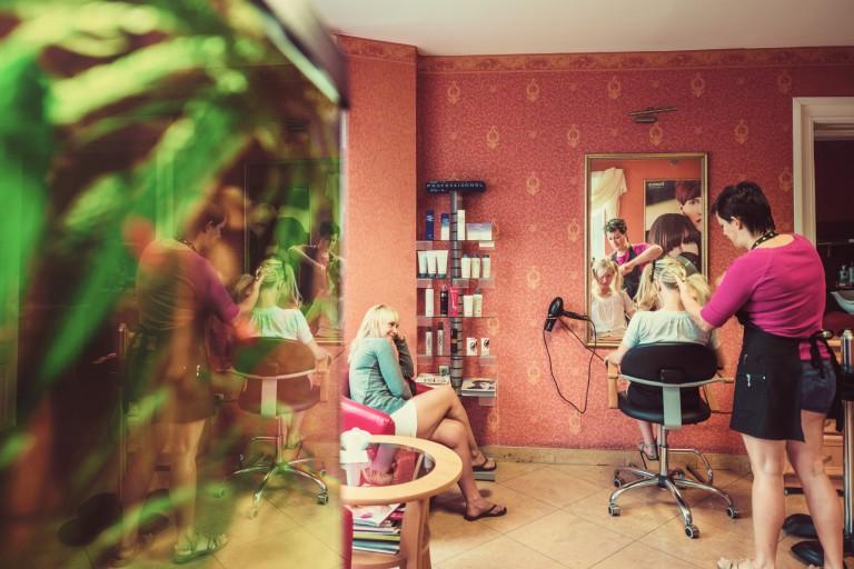 Panna młoda podczas wizyty u fryzjera