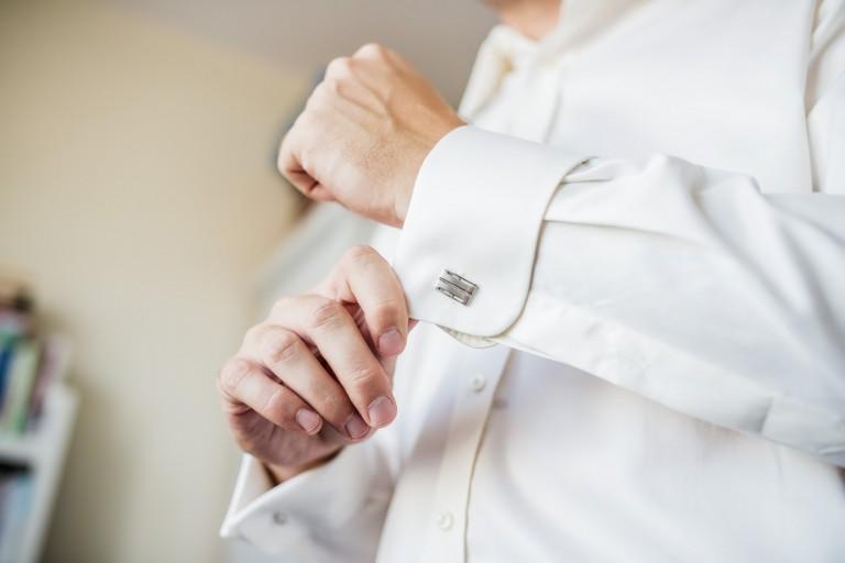 Ubieranie koszuli – detale