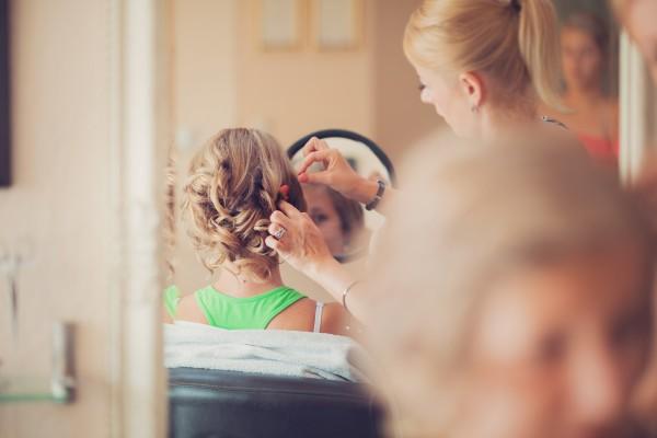 Panna młoda u fryzjera - odbicie w lustrze