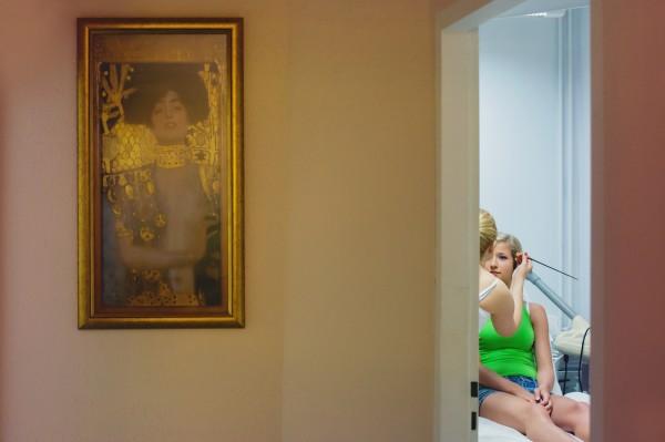 Reportaż ślubny Wrocław, kosmetyczka, obraz na ścianie
