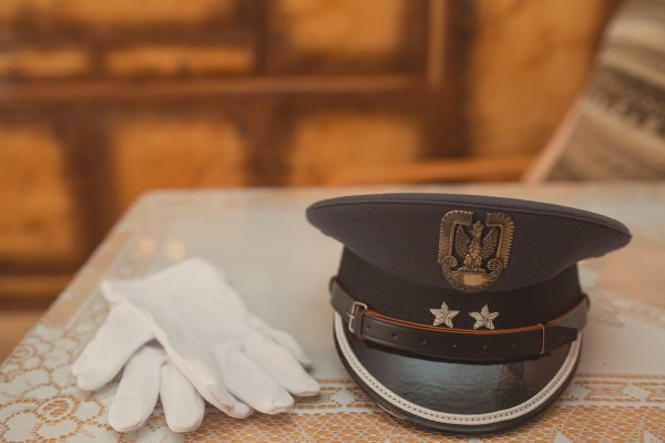 Atrybuty żołnierza - białe rekawiczki i czapka wojskowa