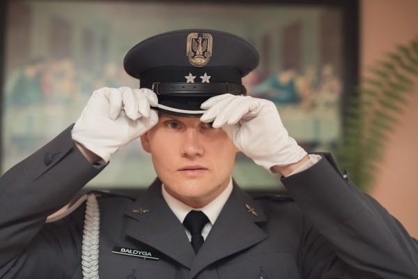 Ślub żołnierza i jego przygotowania, zakładanie czapki