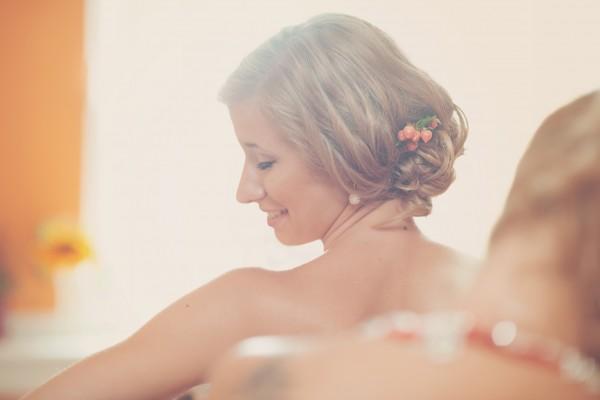 Portret Panny Młodej w trakcie ubierania sukni ślubnej