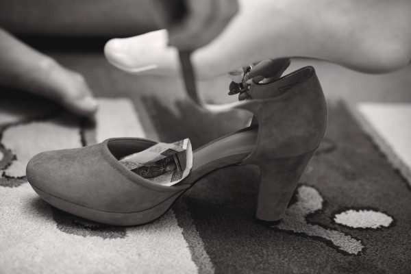 Buty Panny Młodej z pieniędzmi na szczęście