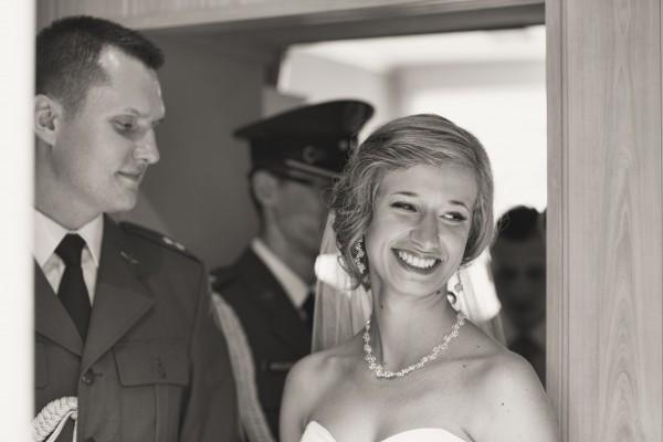 Uśmiech Panny Młodej po spotkaniu z przyszłym mężem