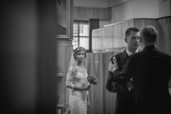 Panna młoda na chwilę przed ślubem kościelnym, na zakrystii