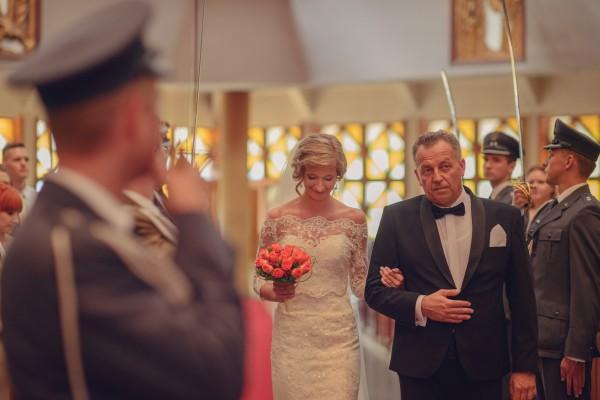 Ślub w kościele, tata prowadzi córkę do ołtarza