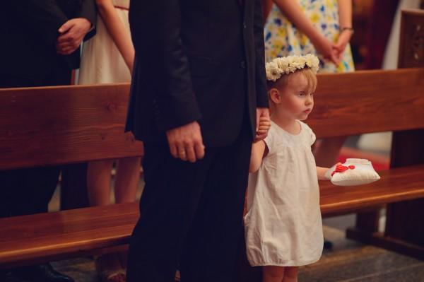 Dziewczynka w kościele, która będzie niosła obrączki