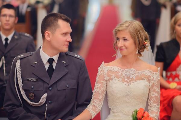 Młode małżeństwo - pierwsze chwile jeszcze w kościele, ich reportaż ślubny