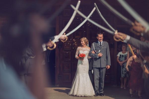 Para Młoda przed szpalerem z szabli, ślub żołnierza