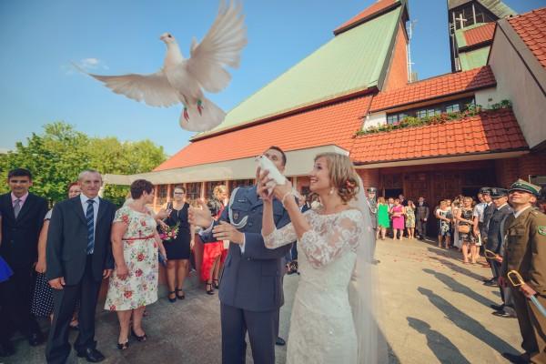Wypuszczanie białych gołębi przed kościołem