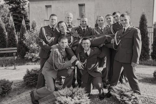 Zdjęcie grupowe żołnierzy na weselu