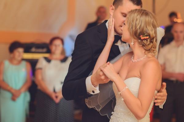 Zmysłowy pocałunek i taniec pary młodej