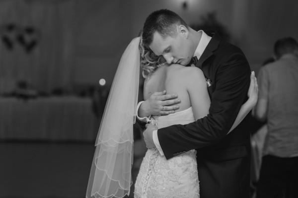 Para Młoda przytula się w tańcu