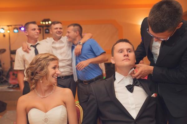 Ściąganie muchy panu młodemu przed oczepinami na ich weselu
