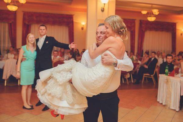 Tata tańczy e swoją córką, panną młodą, trzymając ją na rękach. Piękne!