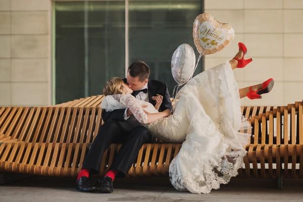 Sesja plenerowa - pocałunek pary na ławce Uiliuili, Wrocław