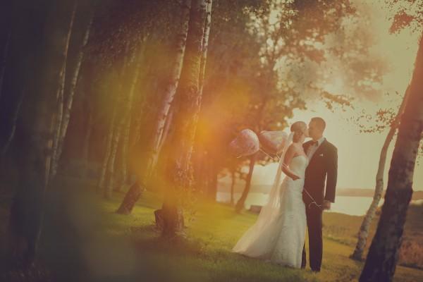 Ciepłe, kolorowe zdjęcie całującej się pary