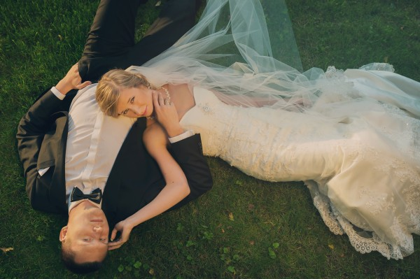 Para Młoda przytulona leży na trawie