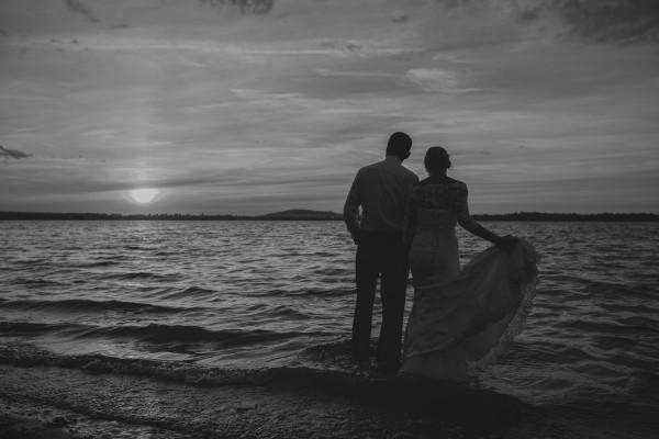 Wejście do wody w sukni ślubnej