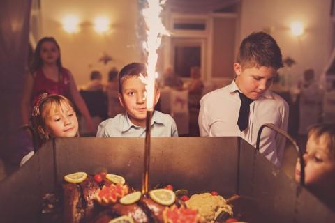 Pieczony prosiak na weselu i dzieci