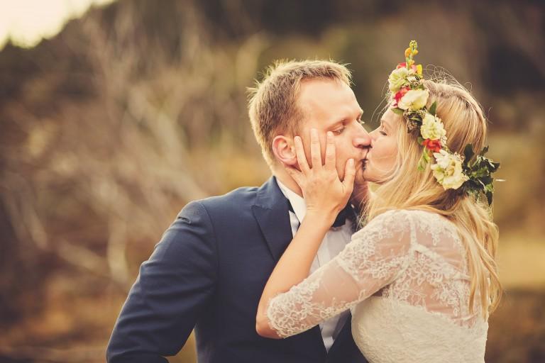 Sesja plenerowa – namiętny pocałunek – Samotnia