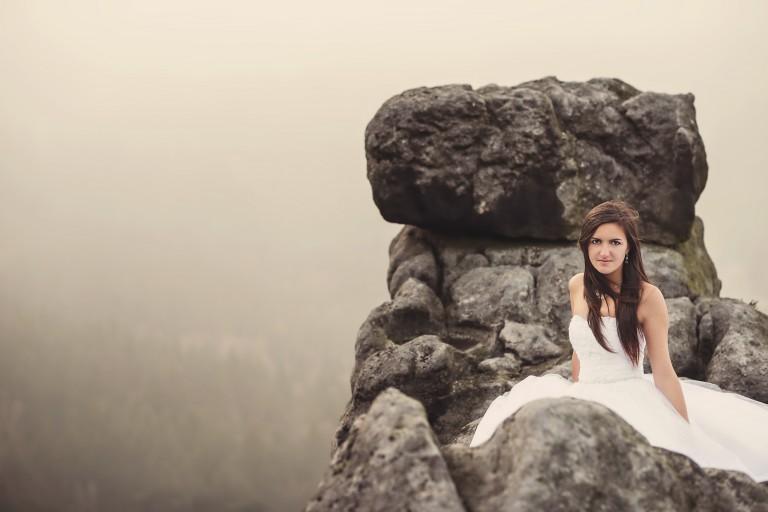 Panna młoda na szczytem urwiska Szczeliniec