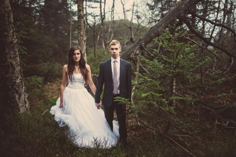 Poważna para młoda, sesja w plenerze, las i przyroda