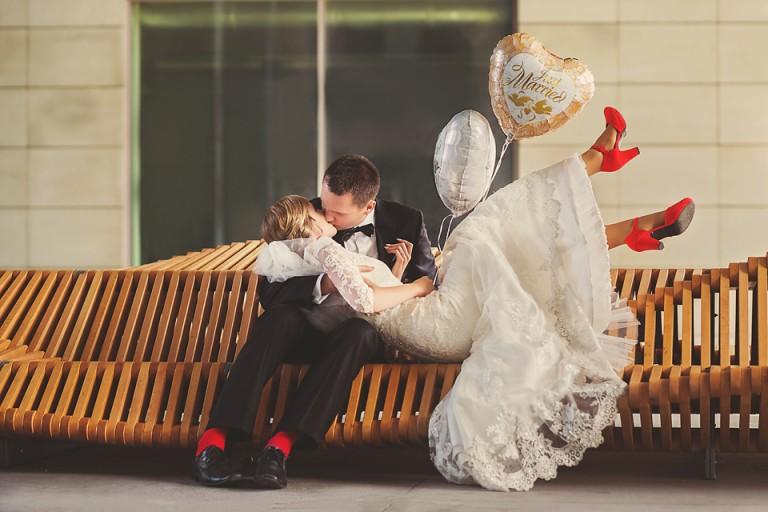Namiętny pocałunek na ławce uiliuili