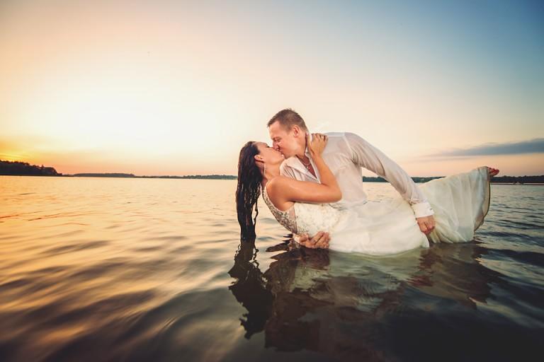 Plener ślubny w jeziorze